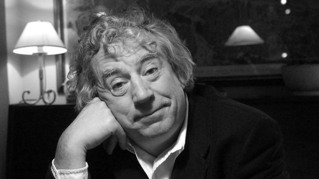 Monty-Python-Gründer Terry Jones stützt sich auf seine rechte Hand und schaut lakonisch in die Kamera