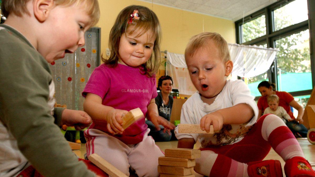 Kinder spielen in einer Kinderkrippe mit Bauklötzen