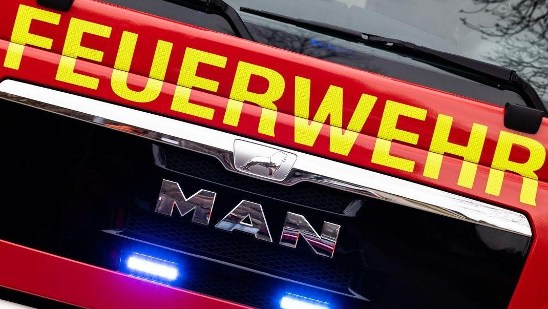 Ein Feuerwehrauto im Einsatz. (Symbolbild)
