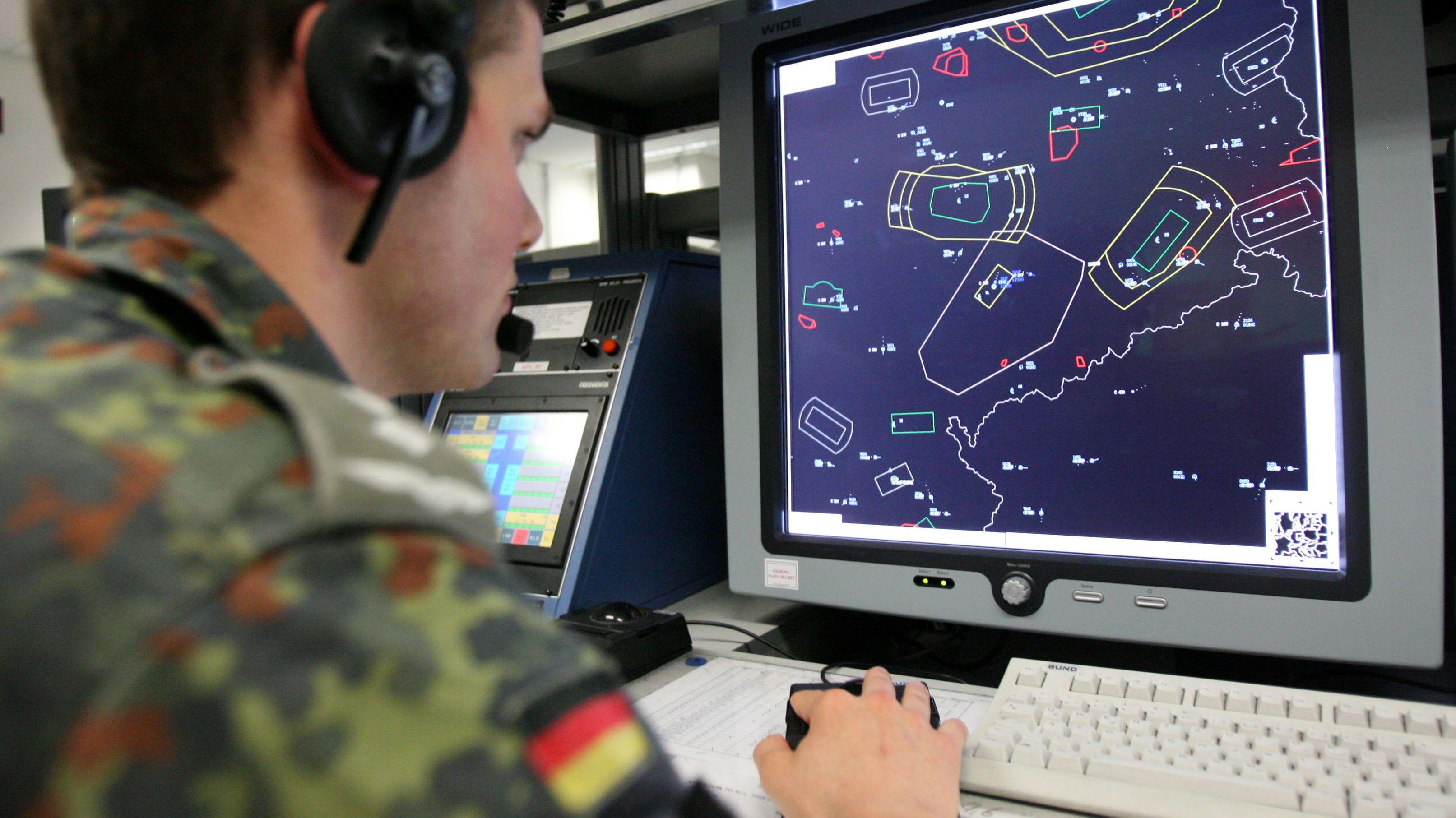 Ein Soldat der Bundeswehr vor einem Radarbild (Symbolbild)