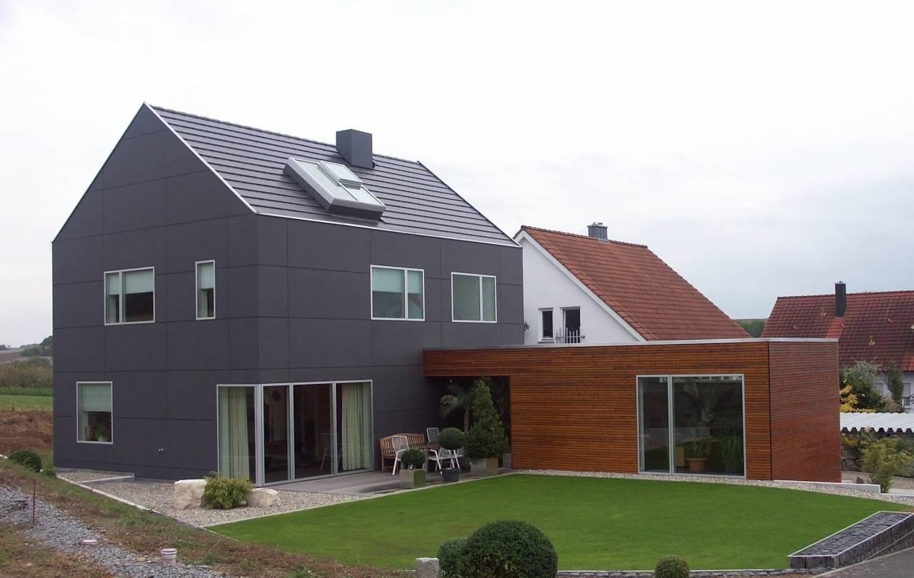 Fassadengestaltung einfamilienhaus schwarzes dach  Traumhäuser wiederbesucht : Ein Einfamilienhaus mit schwarzer Hülle