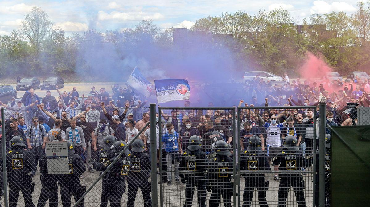 """Nicht genehmigte """"Versammlung"""" in Unterhaching: Mitgereiste Fans von Hansa Rostock feiern vor dem verschlossenen Stadion den Sieg ihrer Mannschaft - später blockieren einige von ihnen die A9 bei Ingolstadt."""