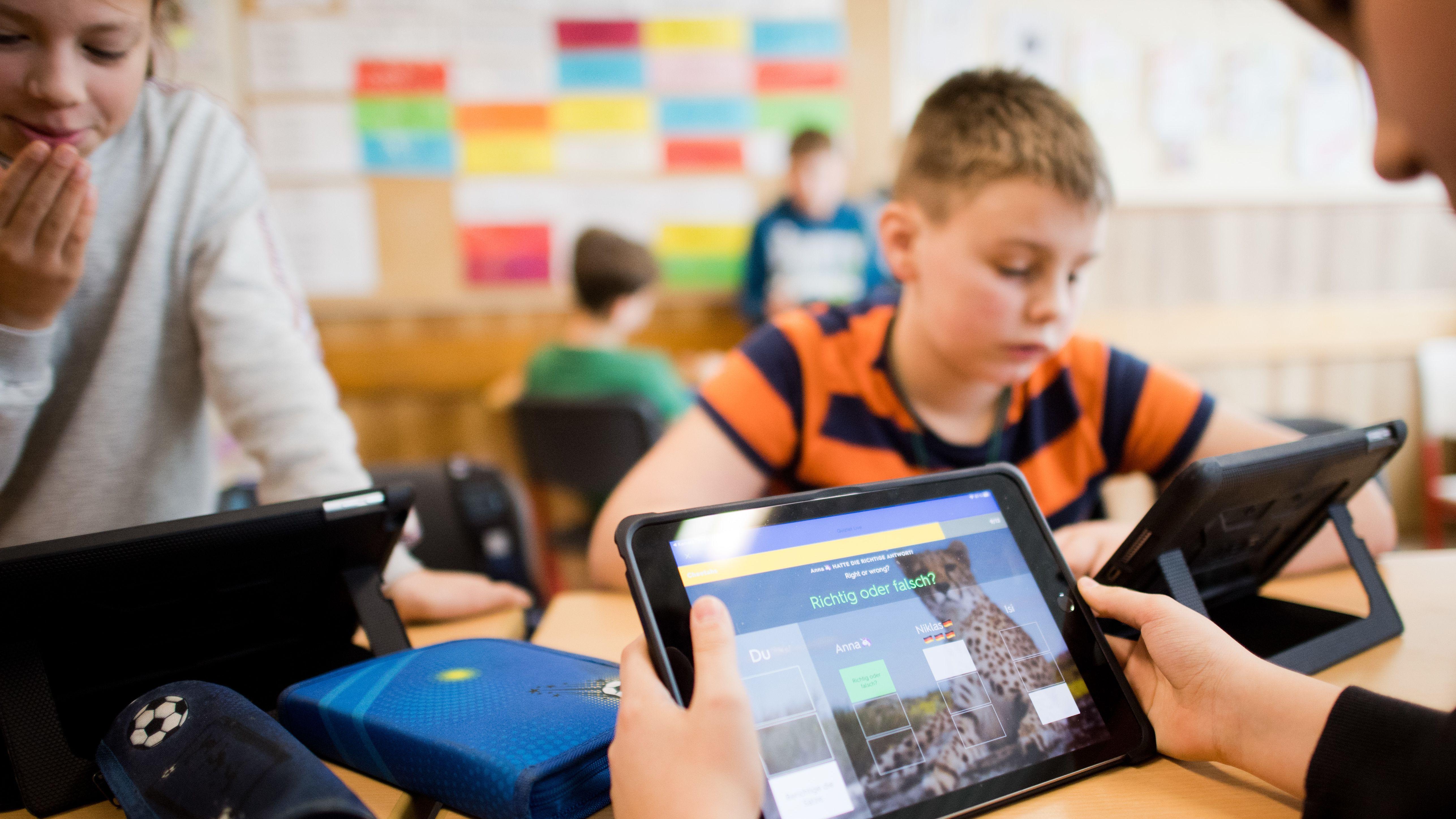 Schüler mit Tablet-Computern im Unterricht