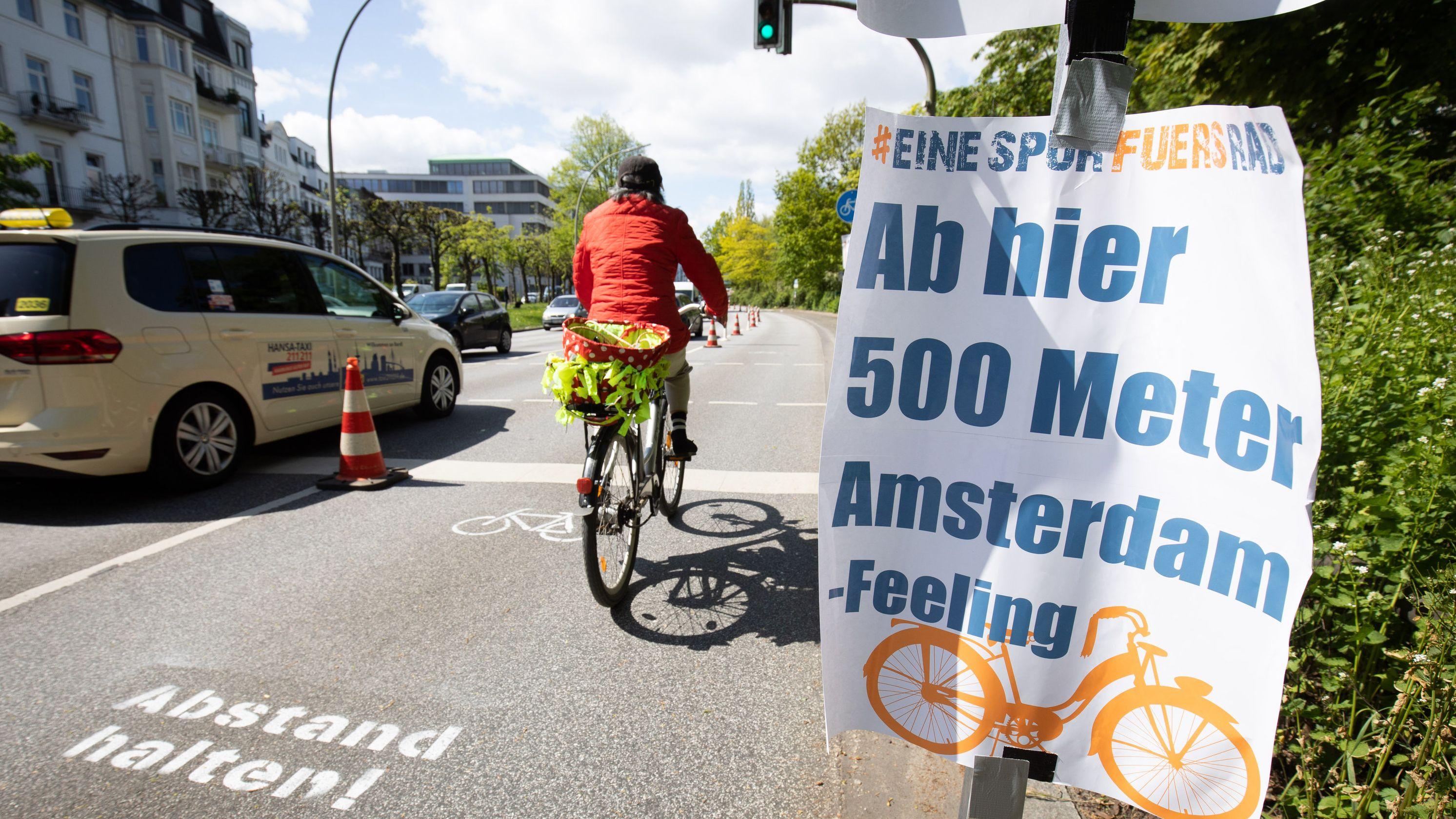 Ein Radfahrer fährt auf einem sogenannten Pop-Up-Radweg in Hamburg.