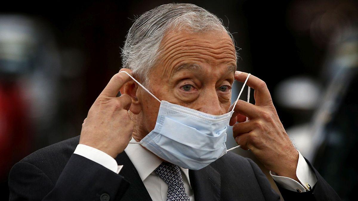 Der amtierende portugiesische Präsident Marcelo Rebelo de Sousa setzt sich eine medizinische Maske auf
