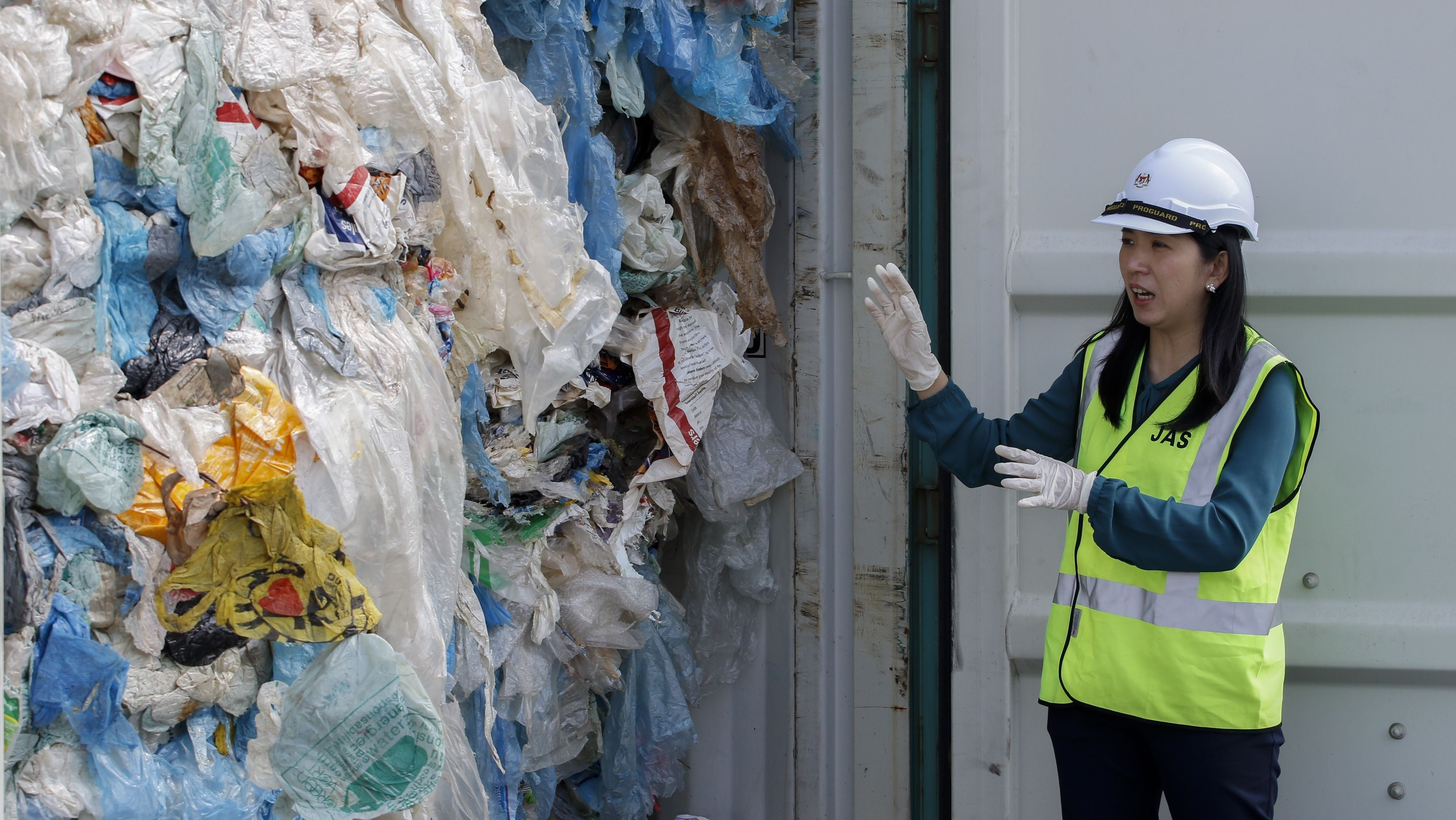 Malaysias Umweltministerin Yeo Bee Yin zeigt Plastik-Müll-Container aus Kanada