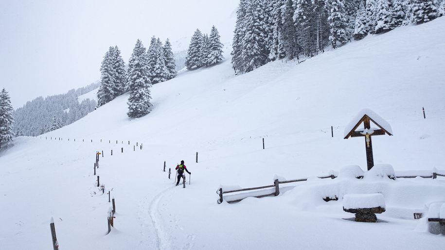 Skifahrer abseits der Piste