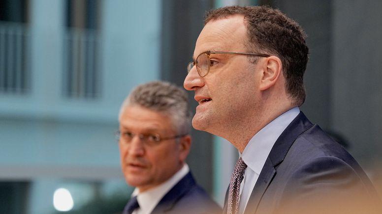 Bundesgesundheitsminister Spahn neben RKI-Chef Wieler auf der wöchentlichen Pressekonferenz zur aktuellen Coronalage. | Bild:Michael Kappeler/dpa