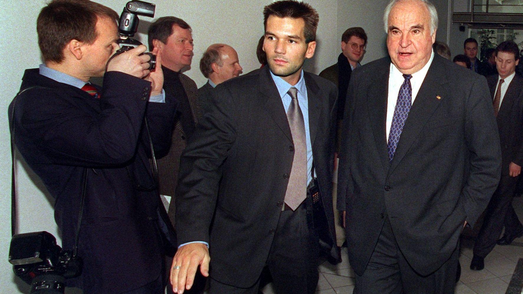Alt-Bundeskanzler und früheren CDU-Vorsitzenden Helmut Kohl (r) am 22.11.1999 einen Weg aus der Berliner CDU-Zentrale