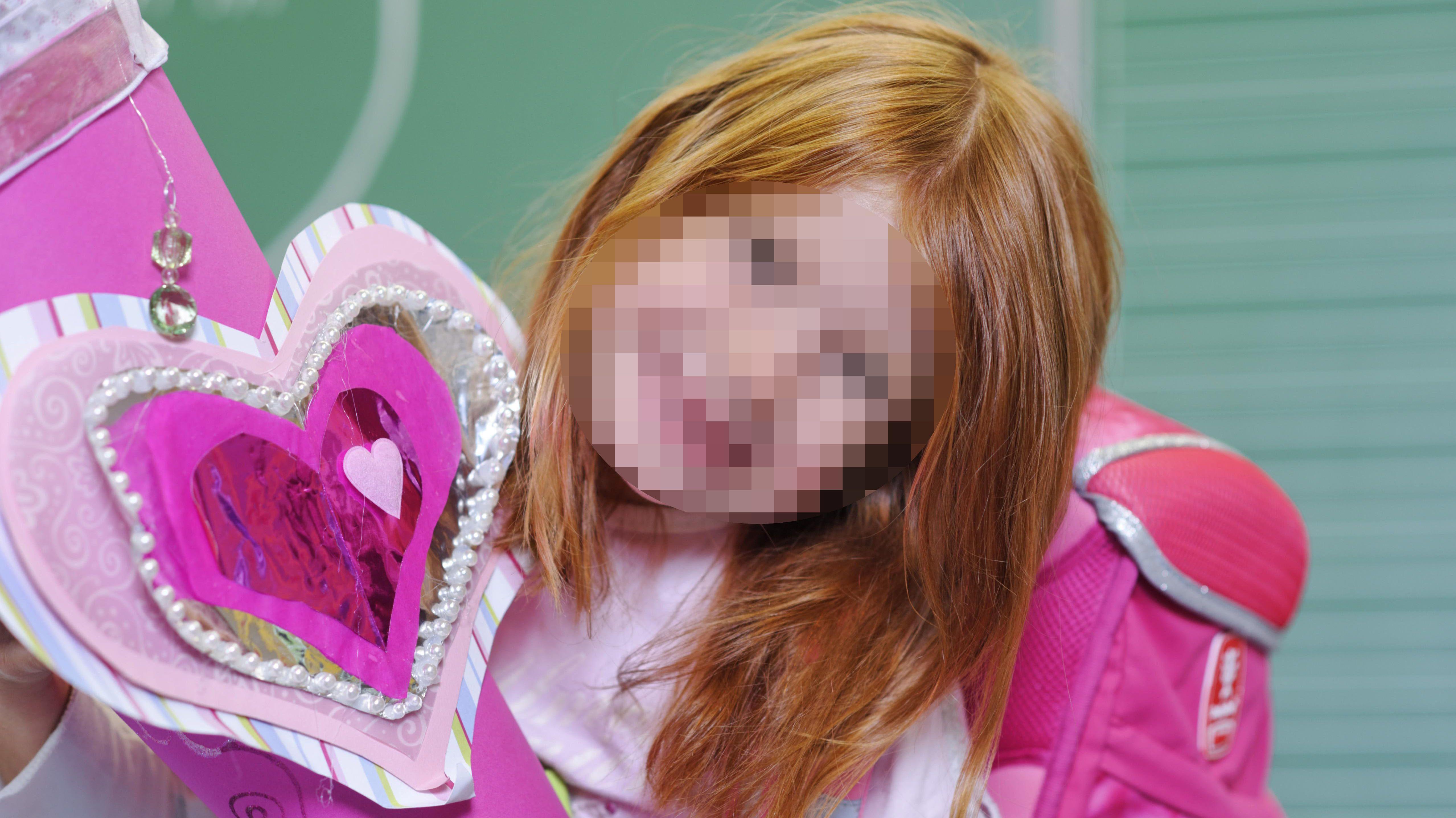 Mädchen an ihrem ersten Schultag - mit verpixeltem Gesicht