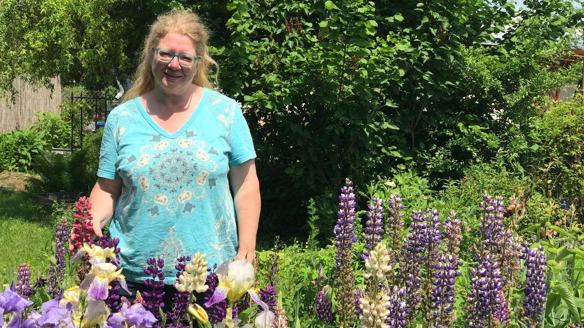 Die Augsburger Gartentherapeutin Tine Klink steht im eigenen Garten im Lupinenbeet.