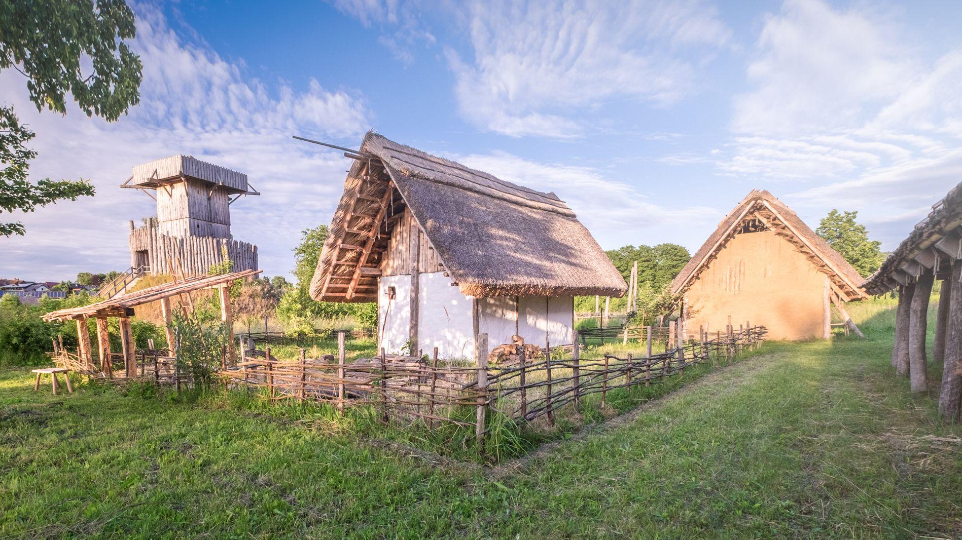 Im archäologischen Freilandmuseum Bärnau-Tachov werden Wohngebäude und andere mittelalterliche Gebäude originalgetreu rekonstruiert.