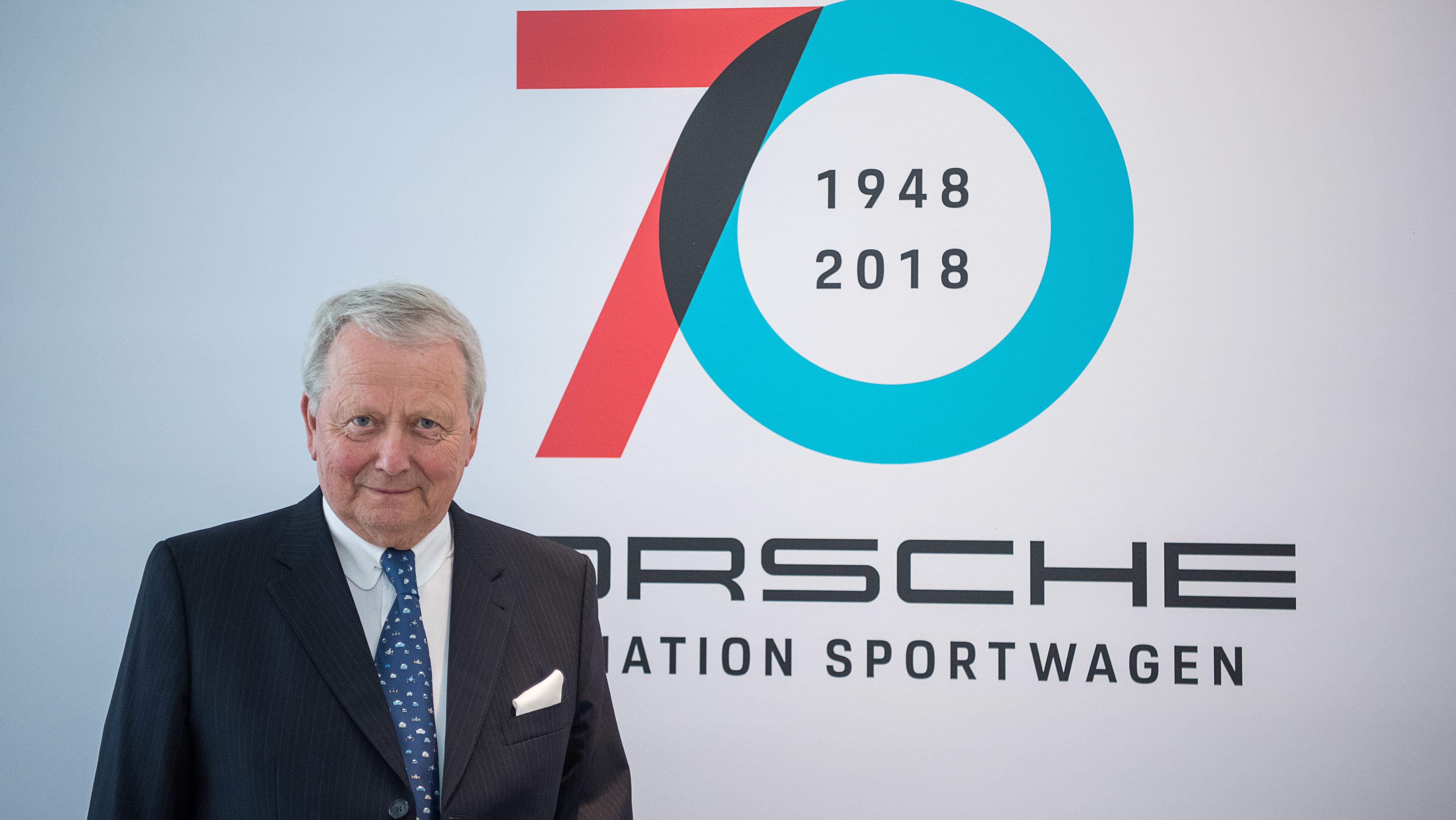 """Wolfgang Porsche, Aufsichtsratsvorsitzender der Porsche AG, steht während dem Festakt """"70 Jahre Porsche Sportwagen"""" im Porsche Museum vor einem Plakat."""