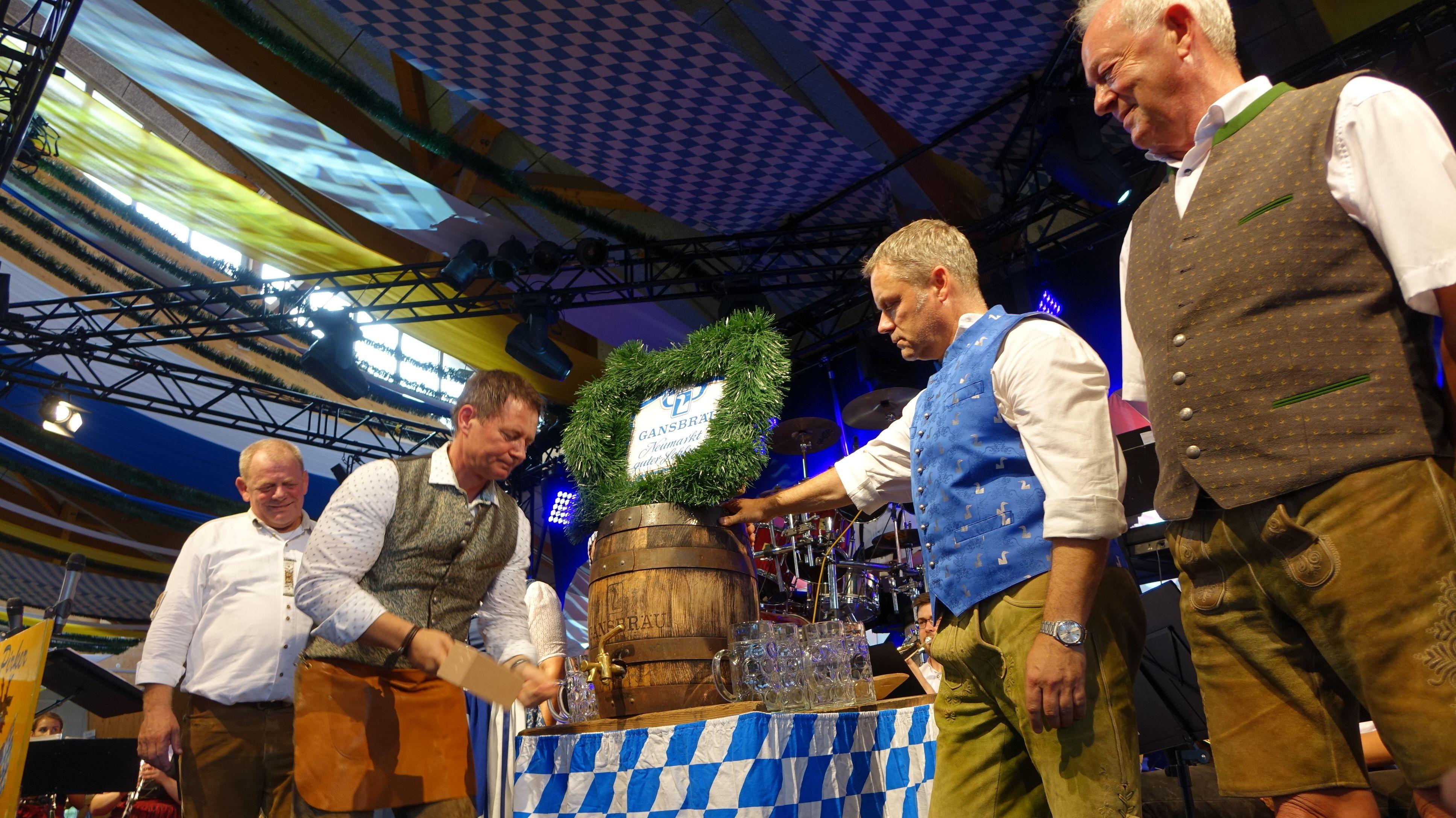 Oberbürgermeister Thomas Thumann hat am Freitag mit drei Schlägen das erste Faß Bier offiziell angestochen.