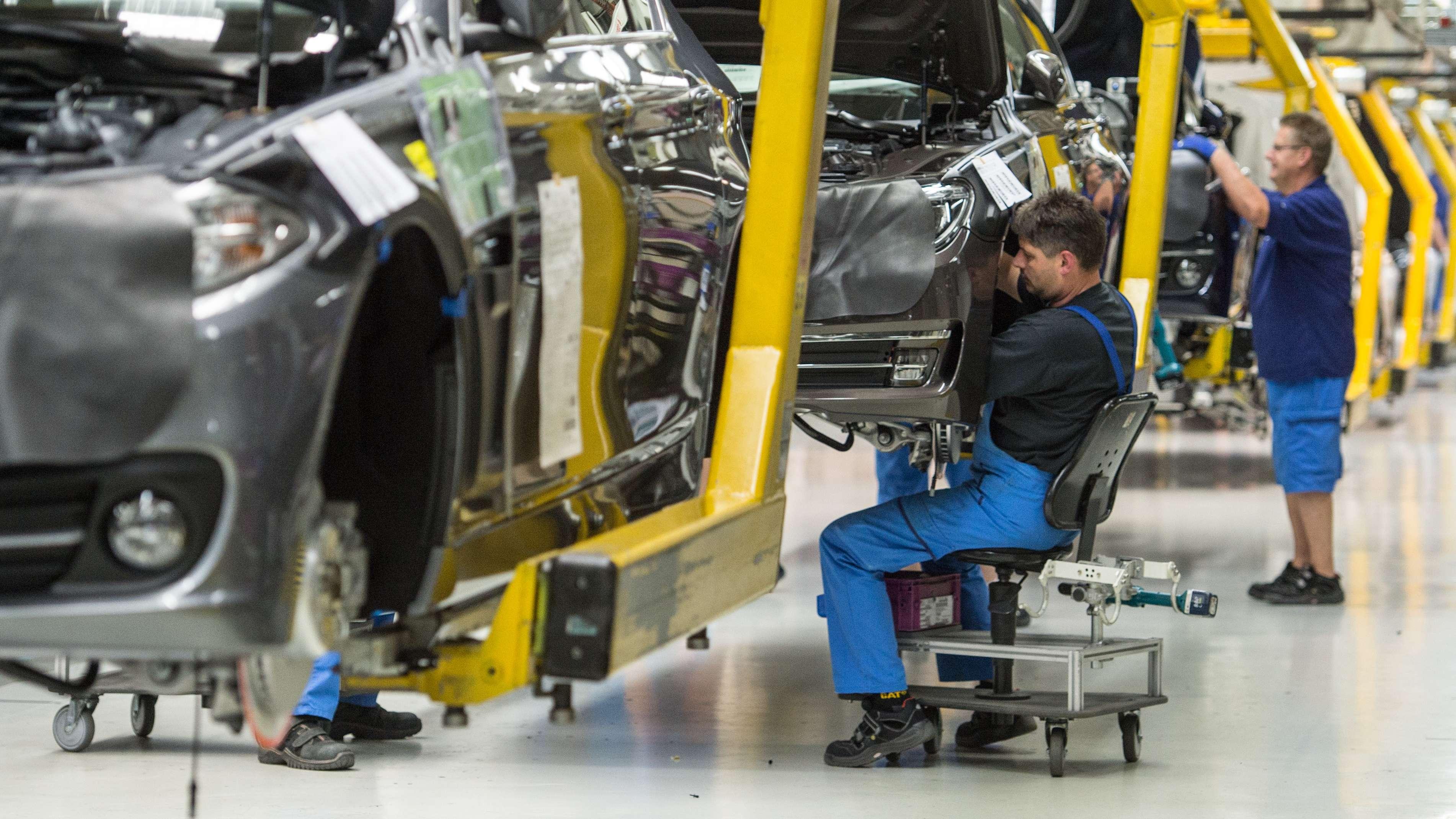 Im BMW-Werk in Dingolfing sind Mitarbeiter mit der Montage einer BMW-4er Reihe beschäftigt.