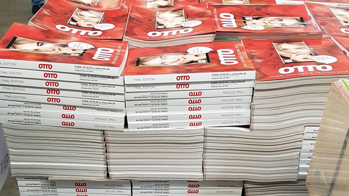 Otto-Kataloge auf einer Palette in der Druckerei Prinovis