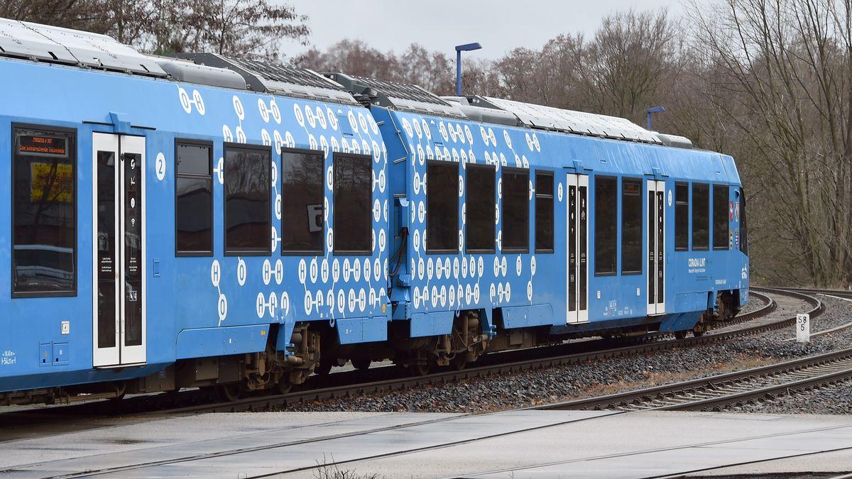 """Wasserstoffzug """"iLint"""" des Herstellers Alstom am Bahnhof Basdorf in Brandenburg (Archivbild)"""
