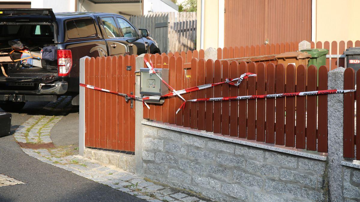 Der Zaun eines Grundstücks ist mit Absperrband abgehängt.