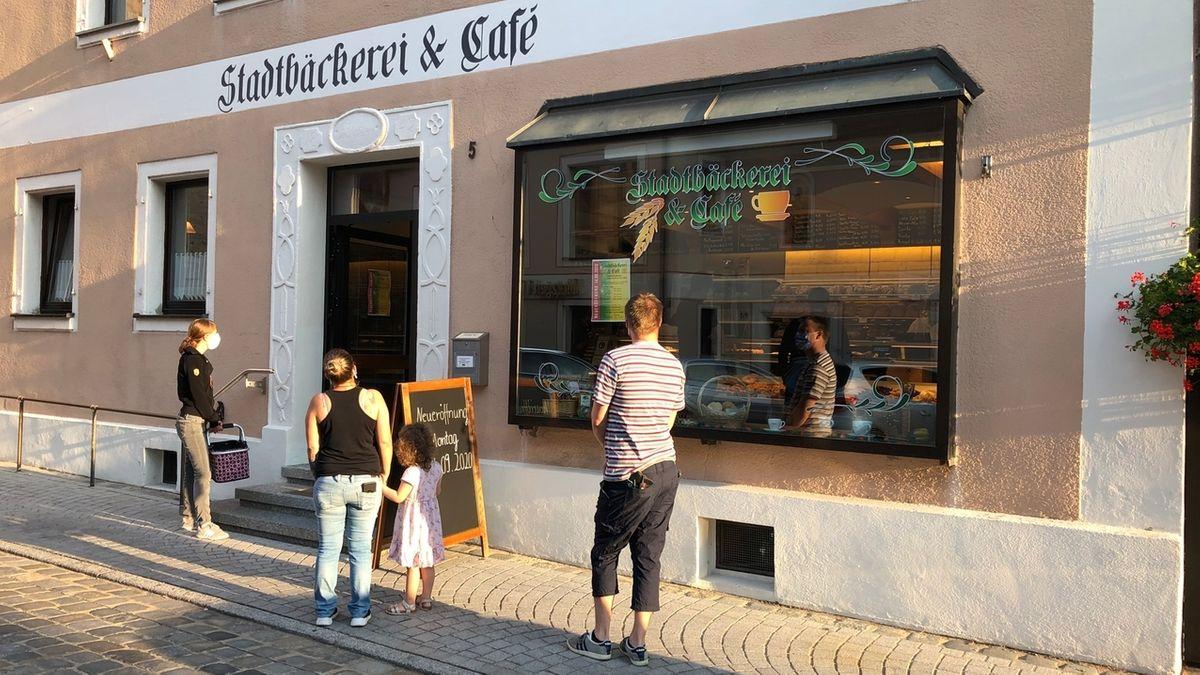 Wartende Kunden vor der Stadtbäckerei Wolframs-Eschenbach
