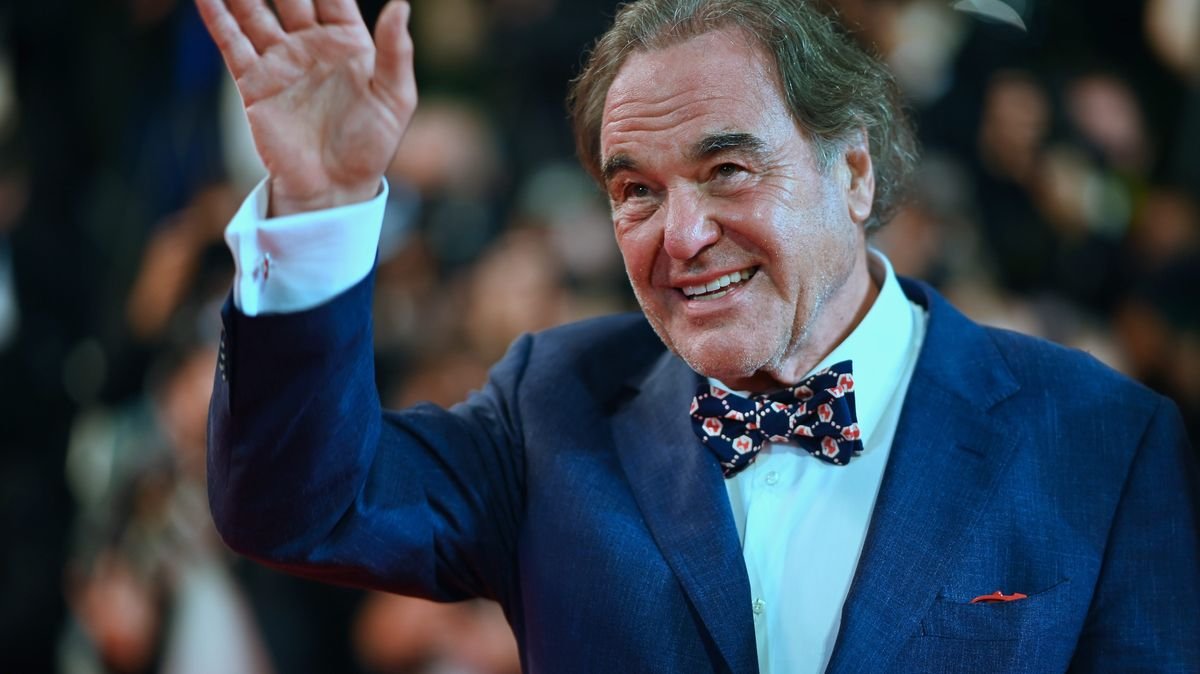 Der Star-Regisseur winkt bei den Filmfestspielen in Cannes