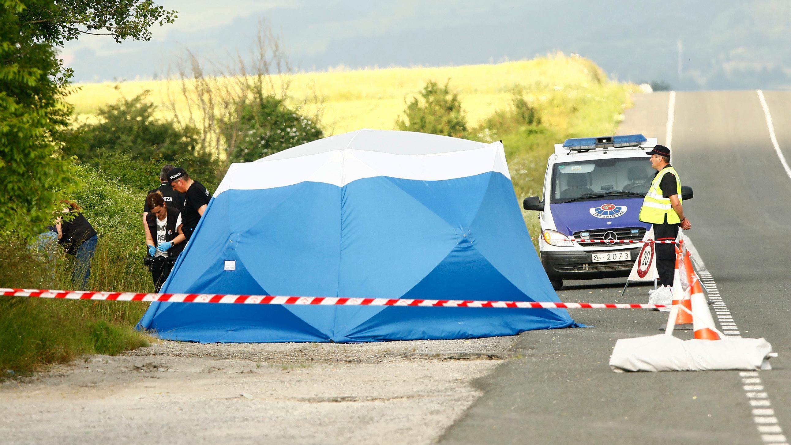 Polizisten sichern am Fundort einer Frauenleiche, nahe derAutobahn bei Asparrena, Spuren.  Bei der Frauenleiche handelte es sich um die vermisste Tramperin Sophia L. Im Fall der getöteten Tramperin aus Bayern könnte im neuen Jahr der Mordprozess beginnen.