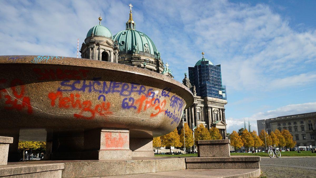 Beschädigung an Granitschale im Lustgarten am alten Museum in Berlin