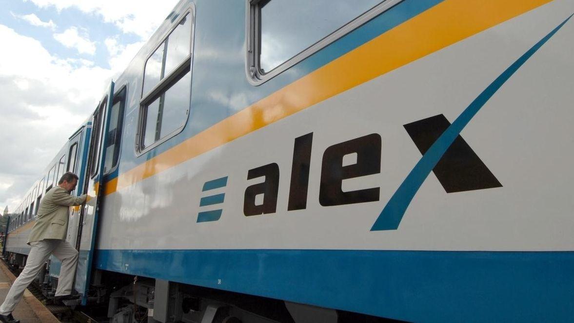 Ein Mann steigt in einen Alex-Zug