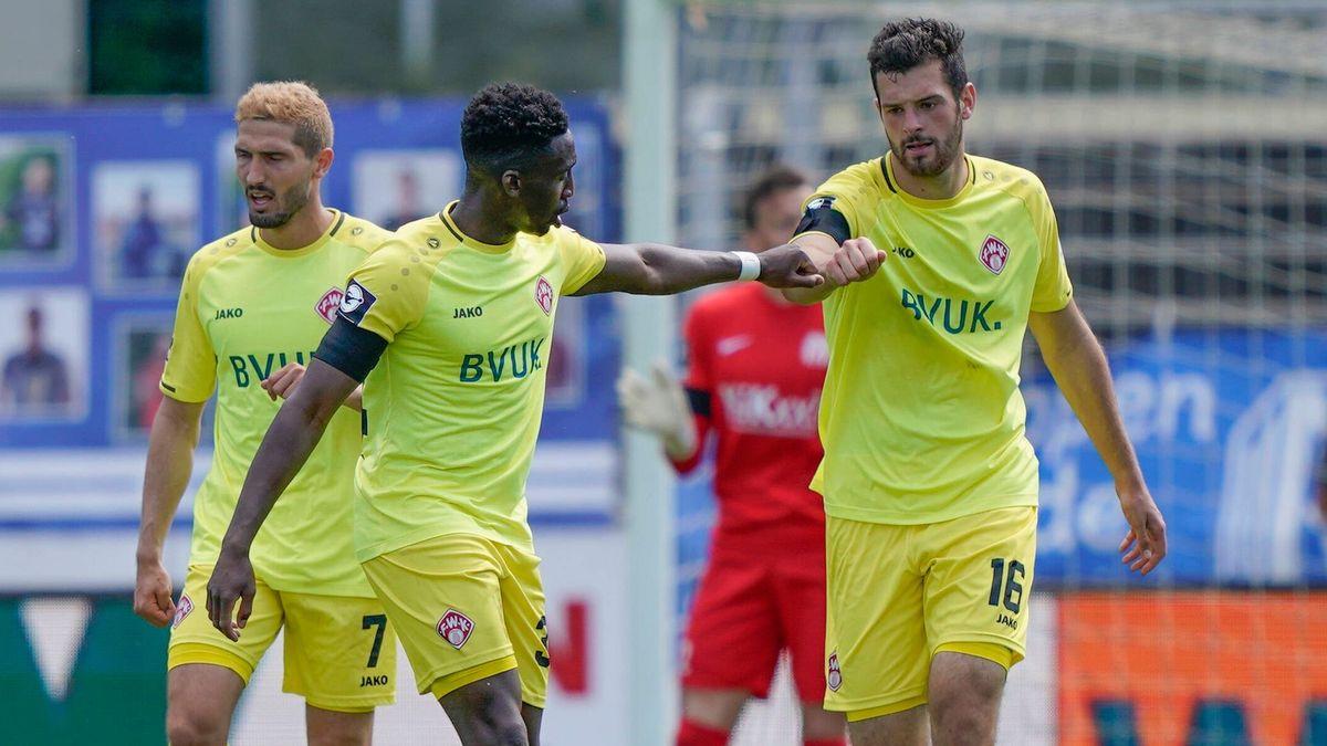 Spieler der Würzburger Kickers nach einem Tor im Geisterspiel beim SV Meppen