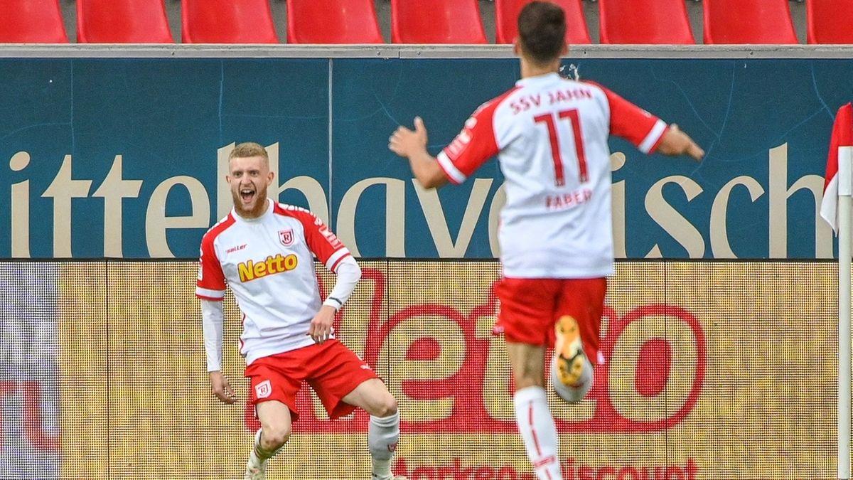 Jan-Niklas Beste von Regensburg (l) jubelt neben Konrad Faber von Regensburg nach seinem Treffer zum 1:0 gegen Aue.