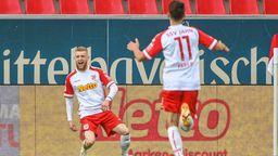 Jan-Niklas Beste von Regensburg (l) jubelt neben Konrad Faber von Regensburg nach seinem Treffer zum 1:0 gegen Aue.    Bild:dpa-Bildfunk/Armin Weigel