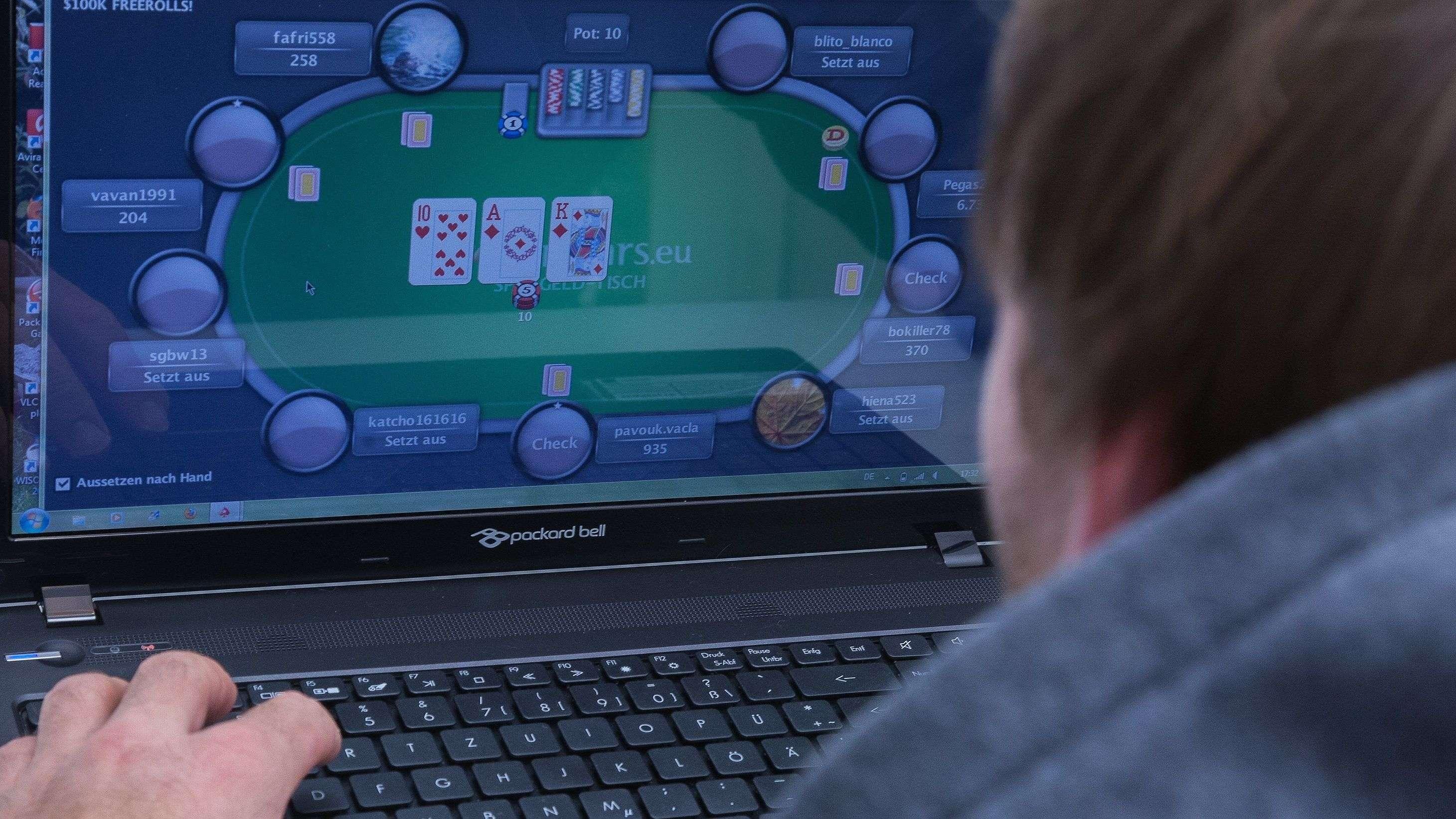 Ein Mann spielt ein Online-Pokerspiel