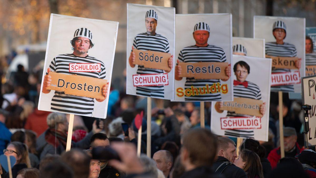 Schilder bei der Querdenken-Demo in Leipzig am 07.11.2020