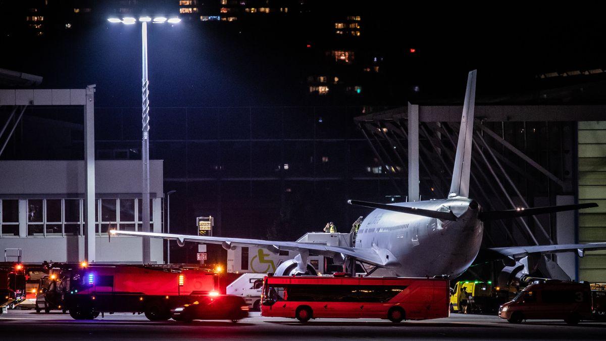 26.06.2021, Baden-Württemberg, Stuttgart: Verletzte Soldaten, die aus Mali eingetroffen sind, werden am Stuttgarter Flughafen aus einem Airbus A310 der Bundeswehr transportiert. Die Soldaten waren bei einem Selbstmordattentat im westafrikanischen Mali verletzt wurden.