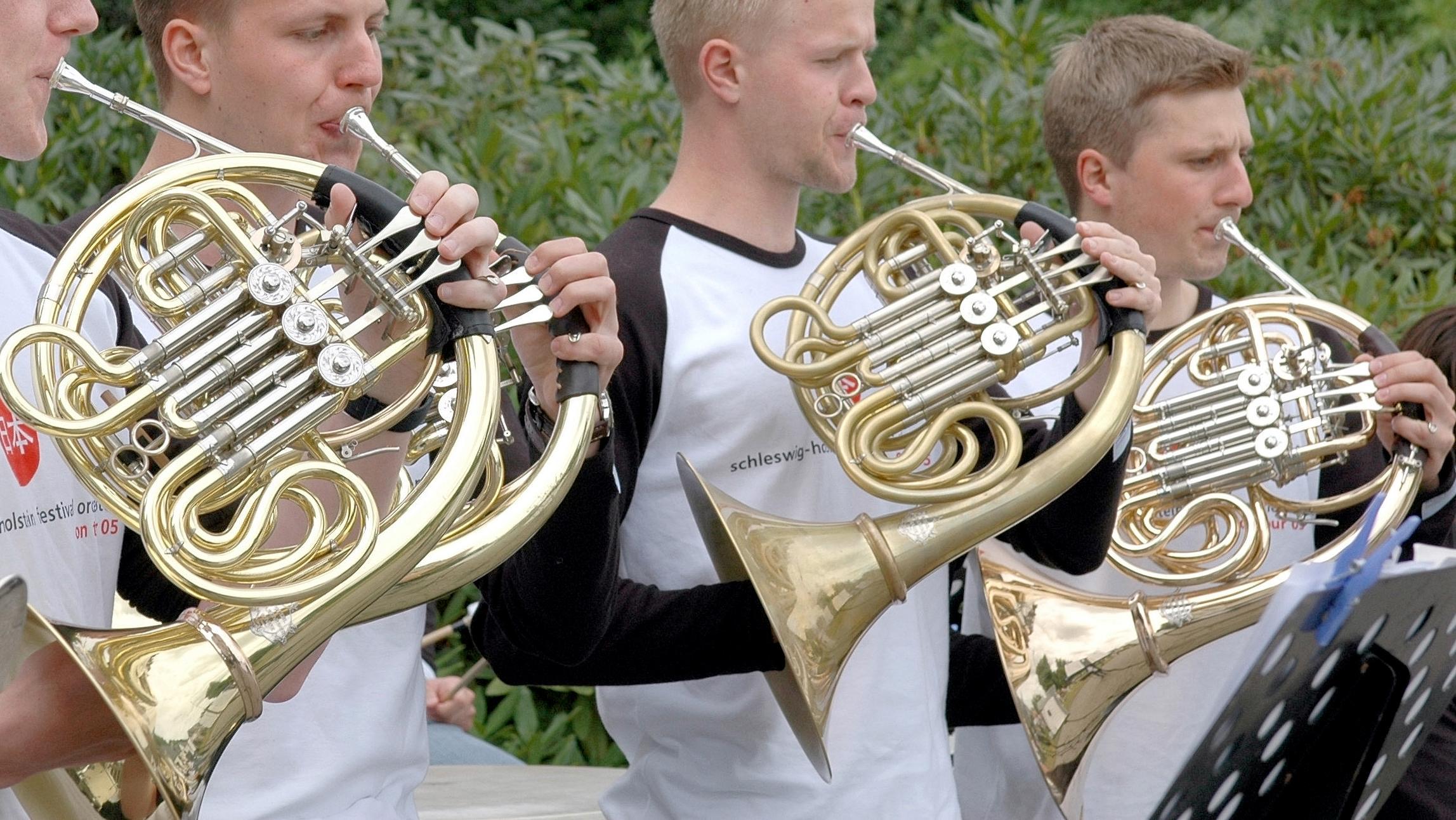 Musiker spielen das Horn