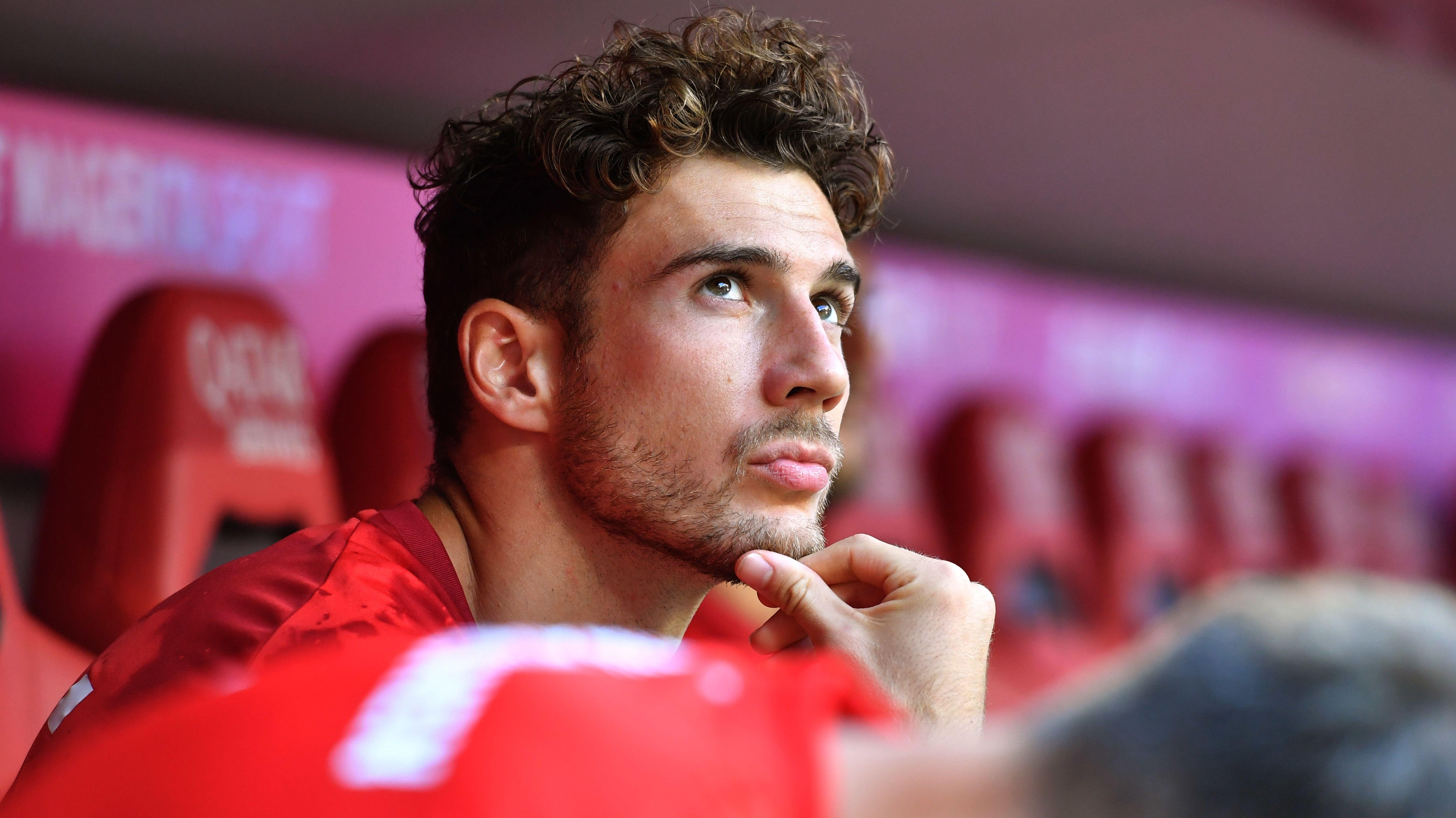 Leon Goretzka sitzt auf der Ersatzbank des FC Bayern München