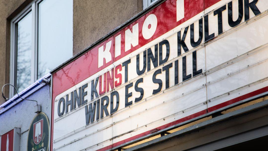 """Aufschrift """"Ohne Kunst und Kultur wird es still"""" an einem Kino. (Symbolbild)"""
