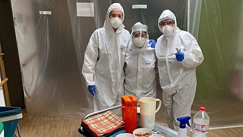 Die Mitarbeiter der Lebenshilfe Rhön-Grabfeld in Schutzausrüstung bei der Essensausgabe