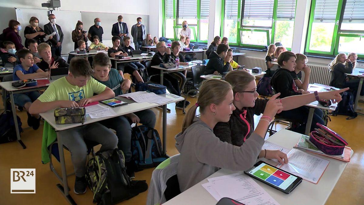 Die musische Realschule in Naila hat digitale Technik im Wert von 100.000 Euro bekommen.