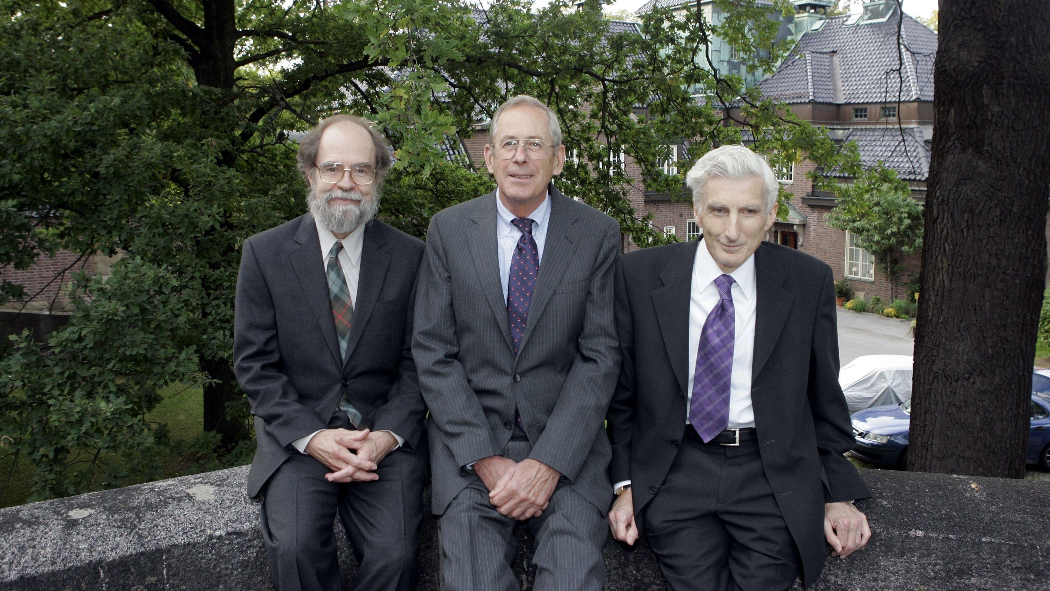 James Peebles (Mitte) im Jahr 2005, als er zusammen mit James Gunn und Martin Rees den Crafoord-Preis gewann.