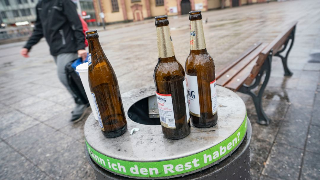 Bierflaschen auf einem Mülleimer (Symbolbild)