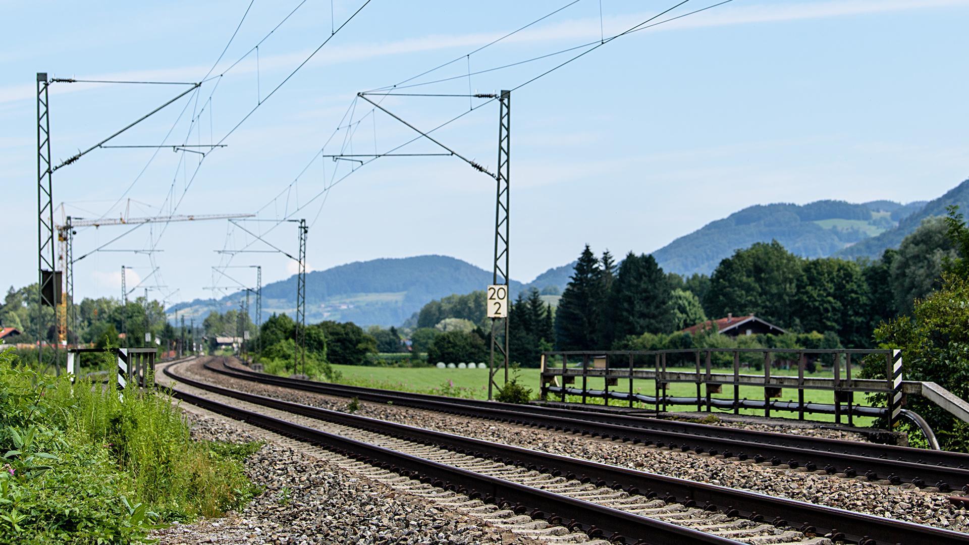 Bayern, Flintsbach am Inn: Die Gleise der Bahntrasse durch das Inntal zwischen Rosenheim und Kufstein sind vor dem Kloster Reisach in Oberaudorf zu sehen.