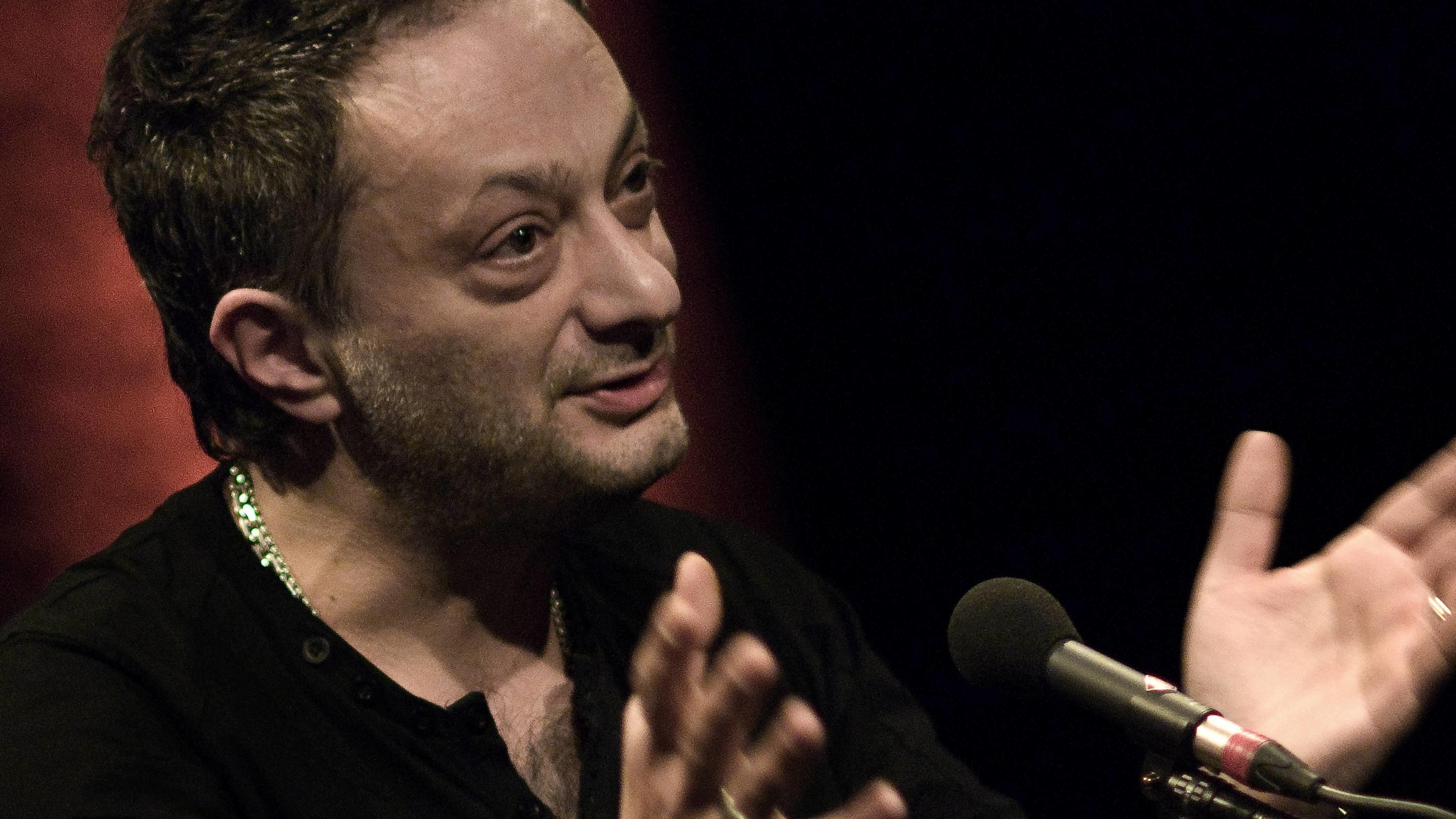 Schriftsteller Feridun Zaimoglu spricht in ein Mikrofon