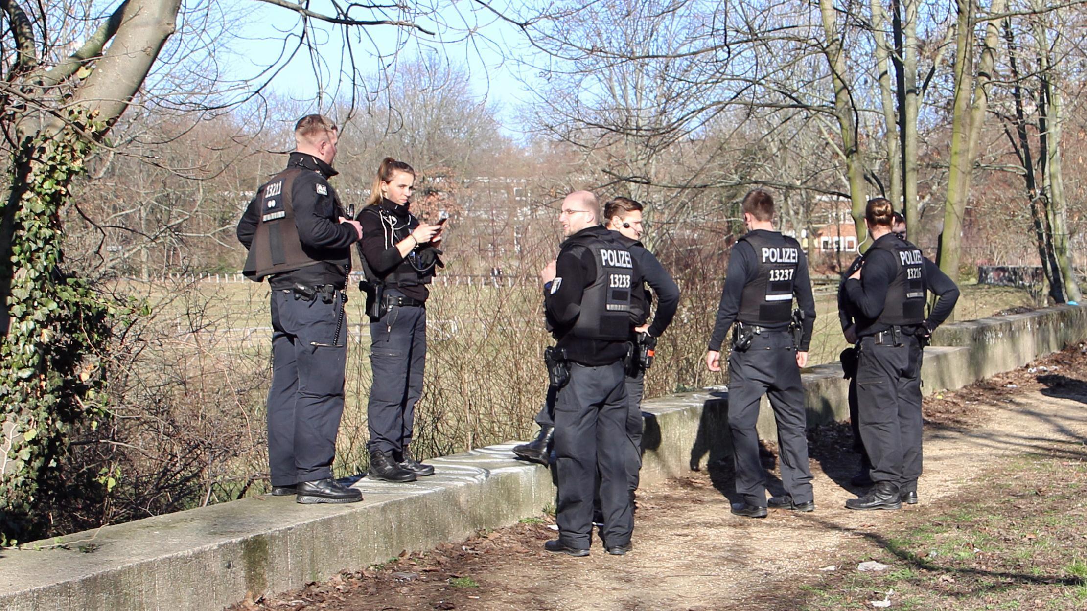 Polizisten stehen während der Suche nach der vermissten 15-jährigen Rebecca am Rande eines Parkgebietes