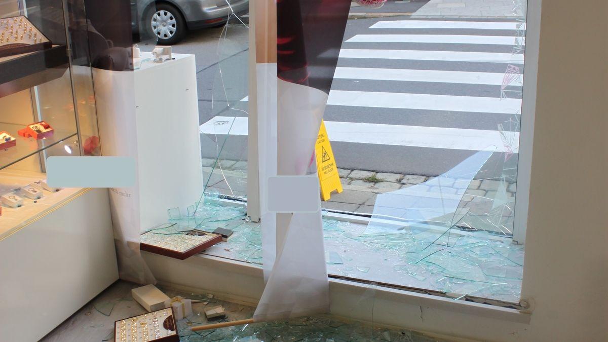 Zerstörter Eingangsbereich des Modegeschäfts in Cham