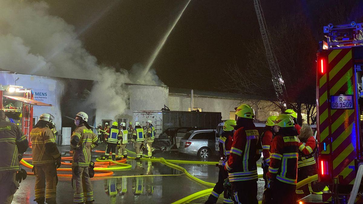 In Neutraubling brannte eine Gewerbehalle