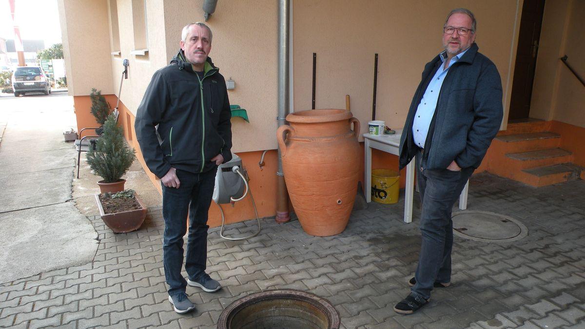 Michael Schmitt und Alfons Kalke vor einer Zisterne in Sulzfeld