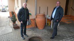 Michael Schmitt und Alfons Kalke vor einer Zisterne in Sulzfeld | Bild:BR / Wolfram Hanke
