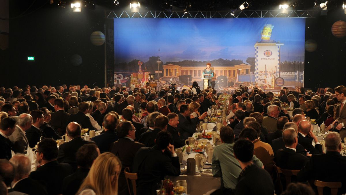 Gäste sitzen im Festsaal beim Starkbier-Anstich auf dem Nockherberg.