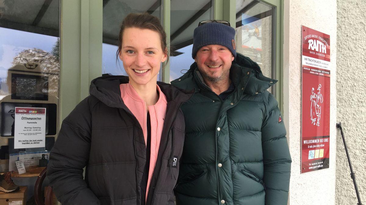 Vater und Tochter Raith vor dem Sportgeschäft in Bayerisch Eisenstein