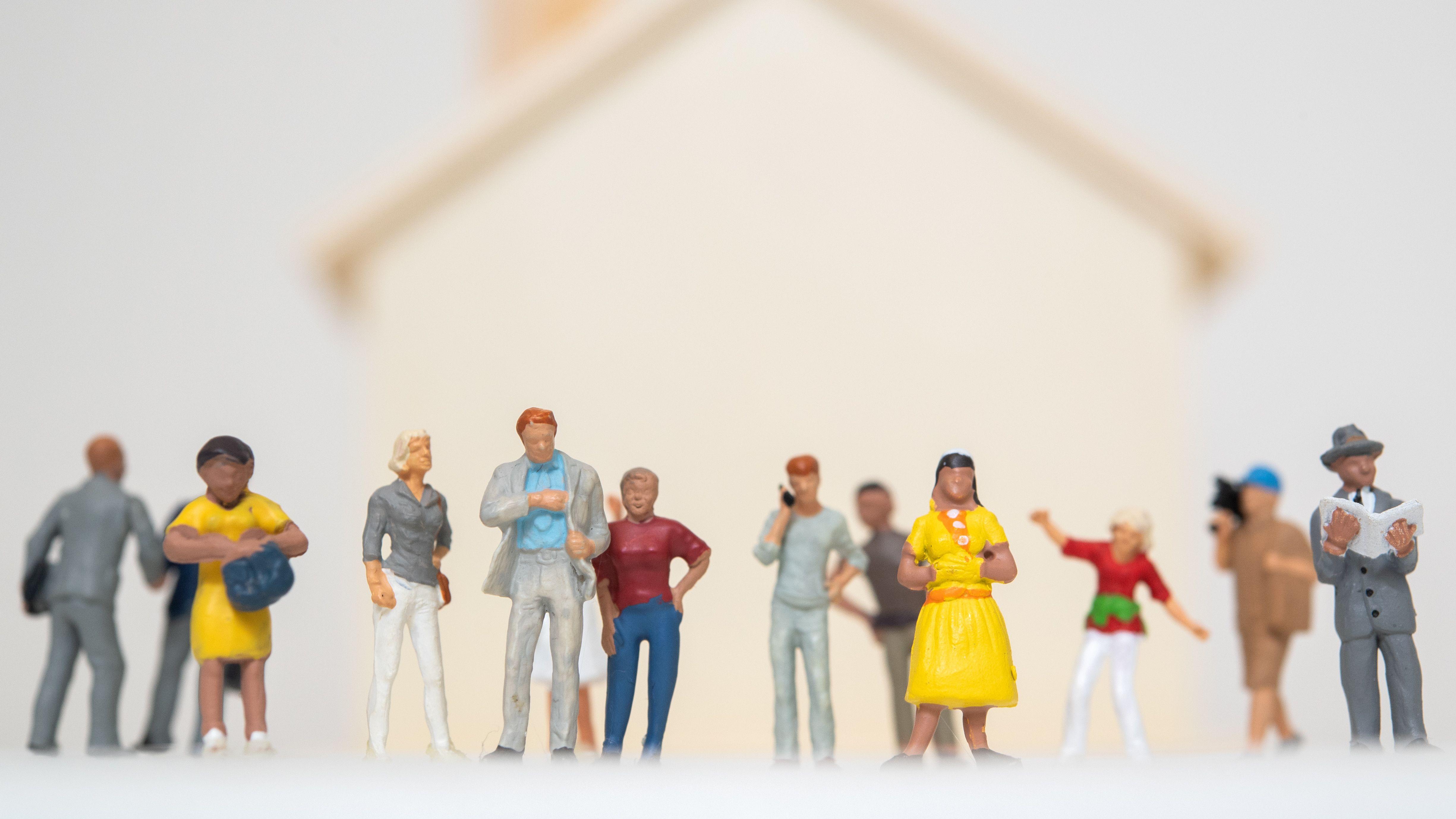 Figuren vor Wohnhaus